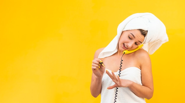 Smiley-frau, die am telefon spricht