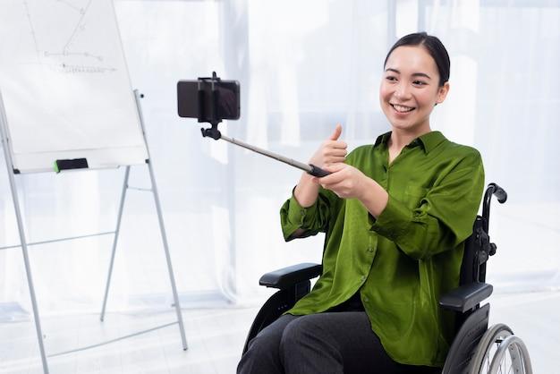 Smiley-frau, die selfie nimmt