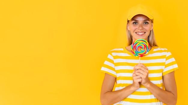 Smiley-frau, die süßigkeiten hält