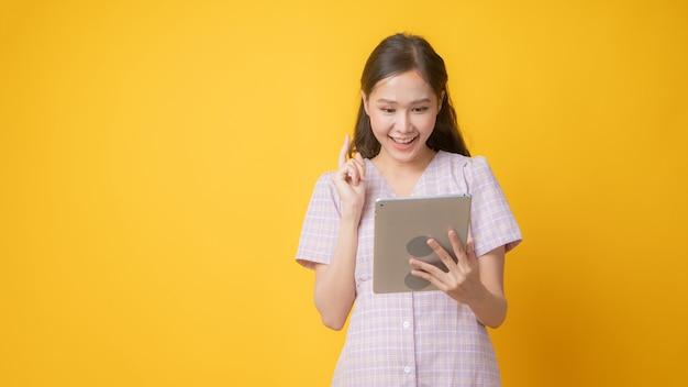 Smiley-frau, die tablette mit kopienraum verwendet