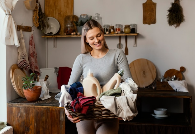 Smiley-frau, die wäschekorb hält