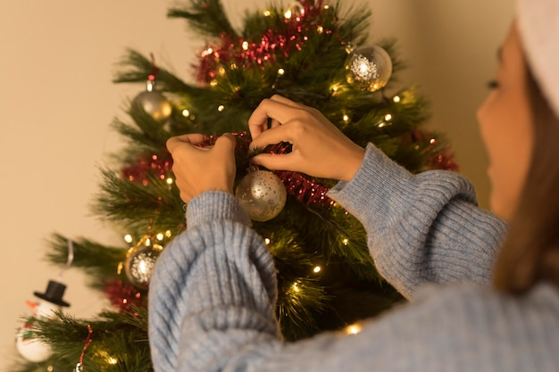Smiley frau, die weihnachtsbaum verziert