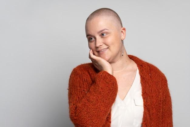 Smiley-frau kämpft gegen brustkrebs