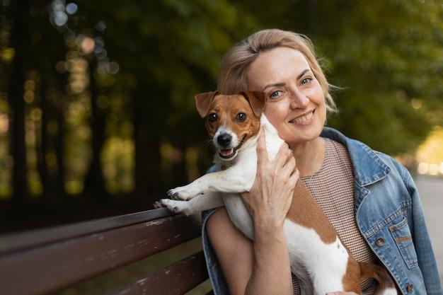 Smiley-frau mit hund mittlerer schuss