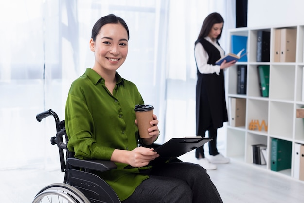 Smiley-frau mit kaffee arbeiten