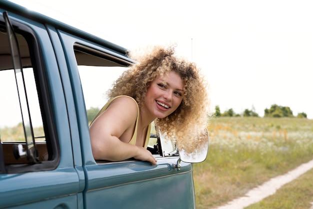 Smiley-frau mit mittlerem schuss im van