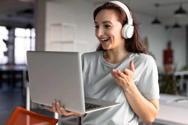 Smiley-frau mit mittlerer aufnahme im videoanruf