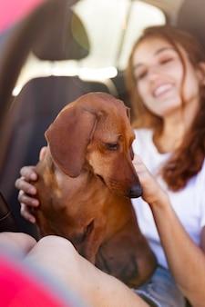Smiley-frau mit süßem hund hautnah