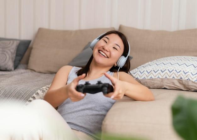 Smiley-frau spielt videospiel