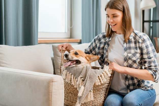 Smiley-frau und ihr hund im korb
