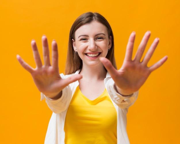Smiley frau zeigt ihre hände