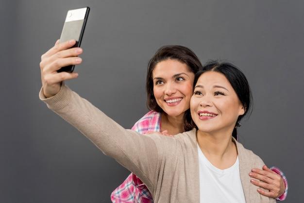 Smiley-frauen, die selfies machen