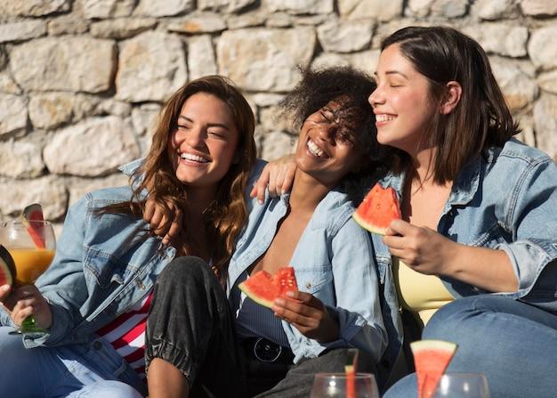 Smiley-frauen mit frischer wassermelone
