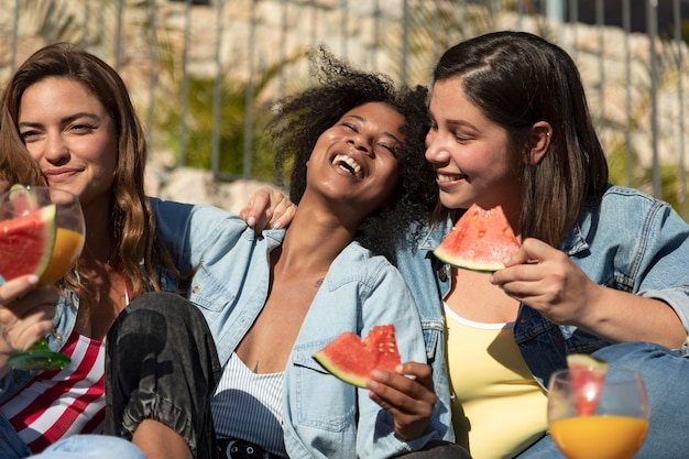 Smiley-frauen mit köstlicher wassermelone