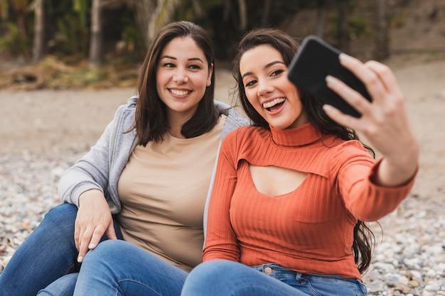 Smiley-frauen nehmen selfie