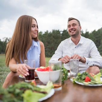 Smiley-freunde essen im freien