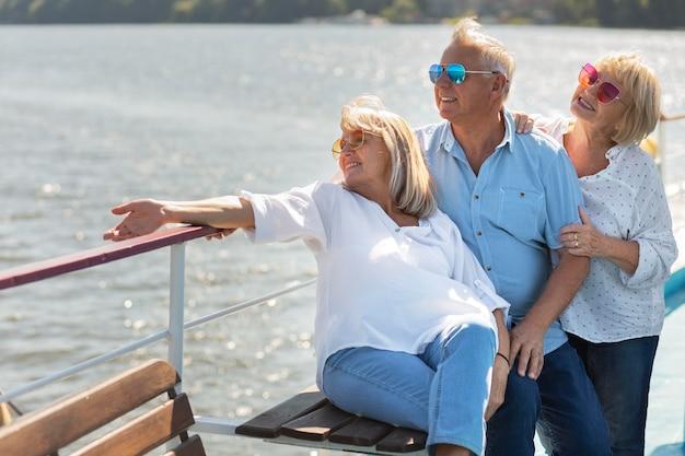 Smiley-freunde mit mittlerer aufnahme auf dem boot