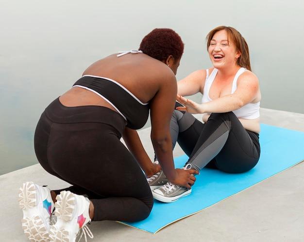 Smiley-freundinnen, die im freien trainieren