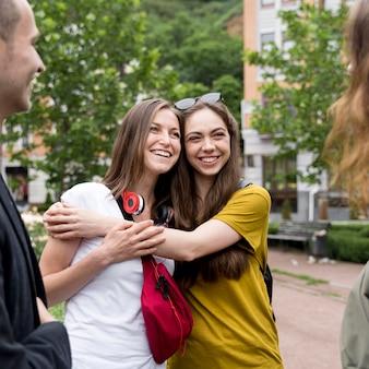 Smiley-freundinnen umarmen sich