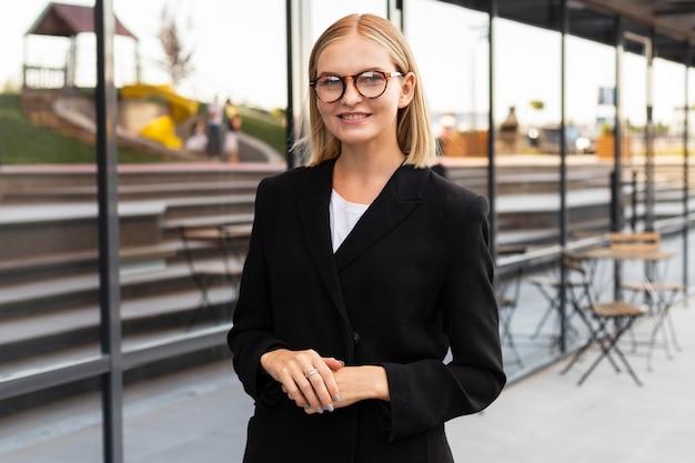Smiley-geschäftsfrau, die gebärdensprache im freien bei der arbeit verwendet