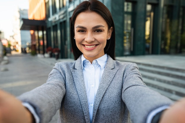 Smiley geschäftsfrau macht ein selfie in der stadt