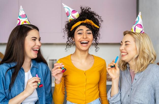 Smiley glückliche frauen mit partyhüten