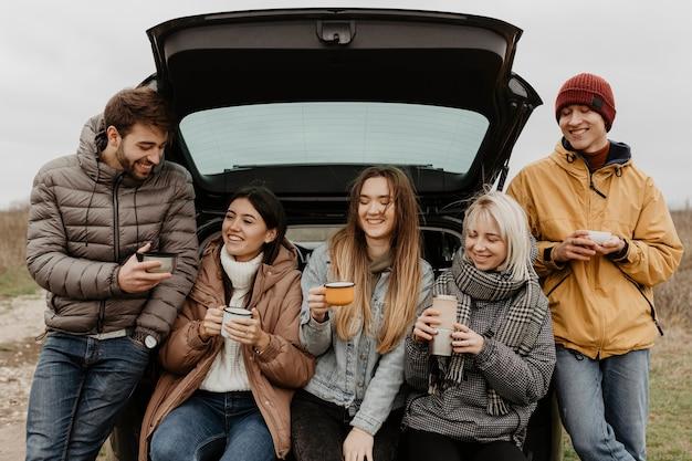 Smiley gruppe von freunden auf road trip pause