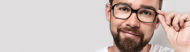 Smiley hübscher mann, der brille trägt