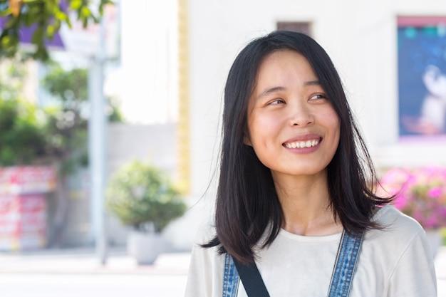 Smiley junge chinesische frau