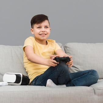 Smiley-junge, der videospiele spielt