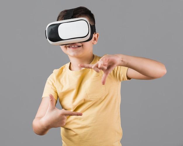 Smiley-junge, der virtuelle realität erlebt