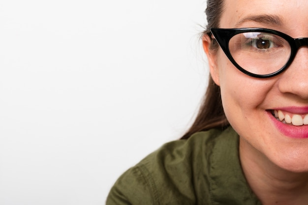 Smiley junge frau mit brille
