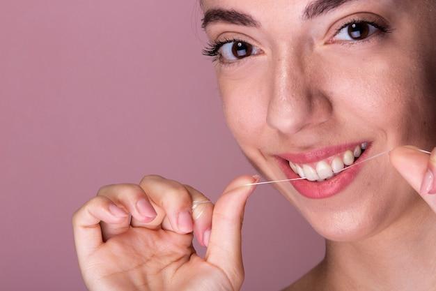 Smiley junges mädchen mit zahnseide