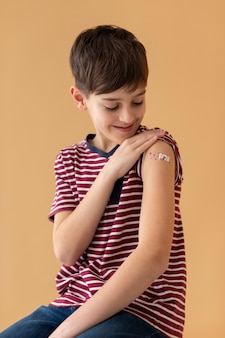 Smiley-kind mit mittlerem schuss nach impfung