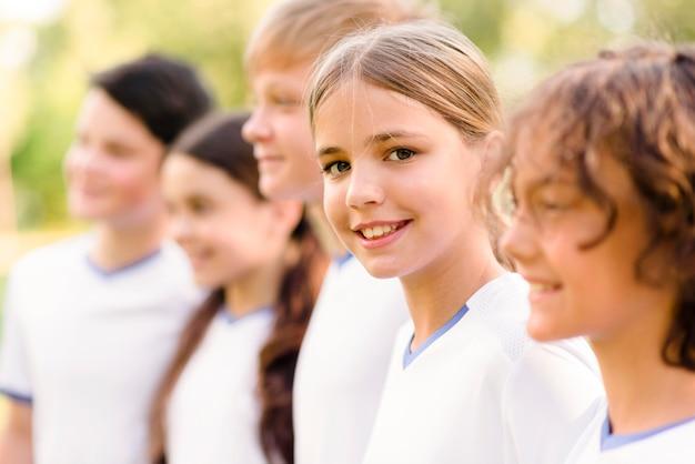Smiley-kinder bereiten sich auf ein fußballspiel vor