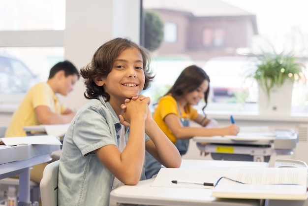 Smiley-kinder im klassenzimmer