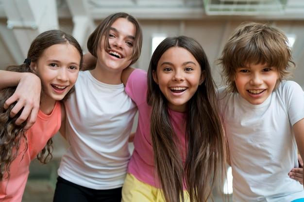 Smiley-kinder mit mittlerem schuss im fitnessstudio
