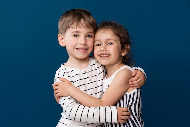 Smiley kleine kinder, die sich gegenseitig halten