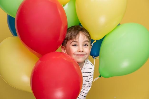 Smiley kleiner junge, der einen geburtstag feiert