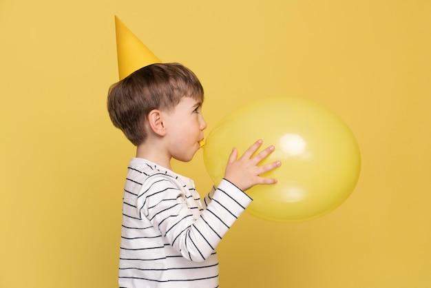 Smiley kleiner junge feiert seinen geburtstag