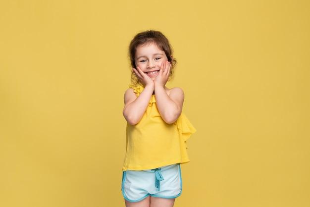 Smiley kleines mädchen, das einen geburtstag feiert