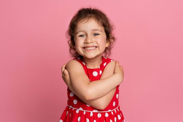 Smiley kleines mädchen in einem roten kleid