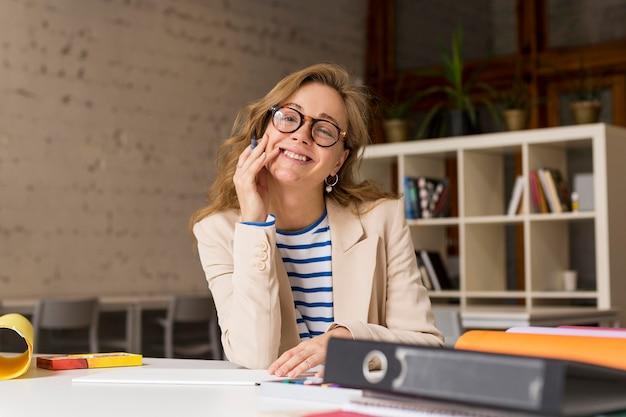 Smiley-lehrer am schreibtisch