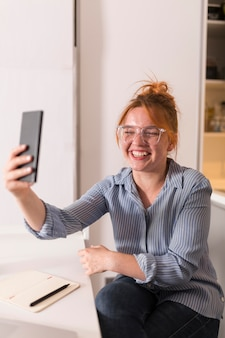 Smiley-lehrer, der ein smartphone verwendet, um eine online-klasse abzuhalten