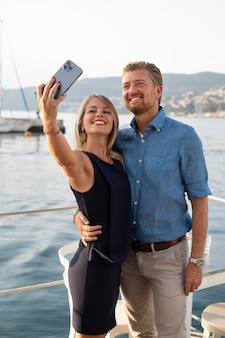 Smiley-leute mit mittlerer aufnahme, die selfies machen