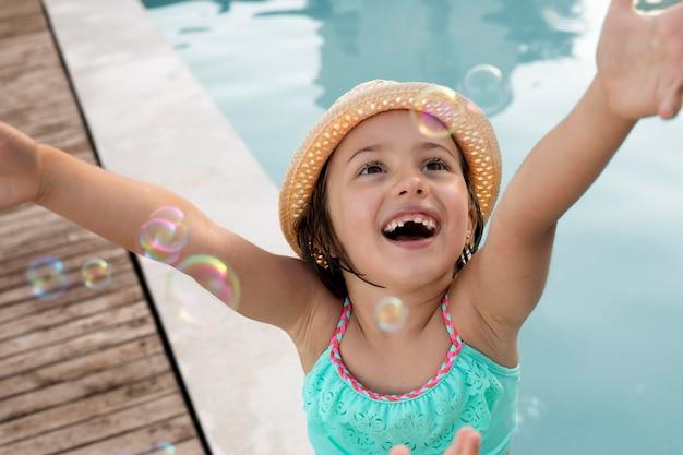 Smiley-mädchen am pool hautnah