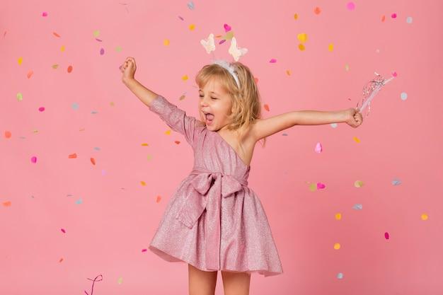 Smiley-mädchen im märchenkostüm mit konfetti
