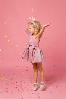 Smiley-mädchen mit feenkostüm und konfetti