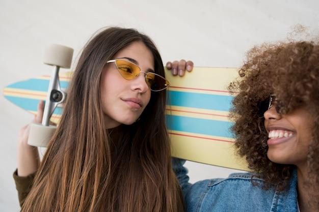 Smiley-mädchen mit sonnenbrille