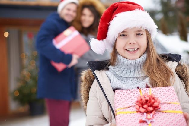 Smiley-mädchen mit weihnachtsgeschenk auf der hauptansicht